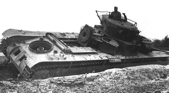 Многокуполен танк Т-35 изоставен от екипажа поради повреда. Западна Украйна, юли 1941 г.
