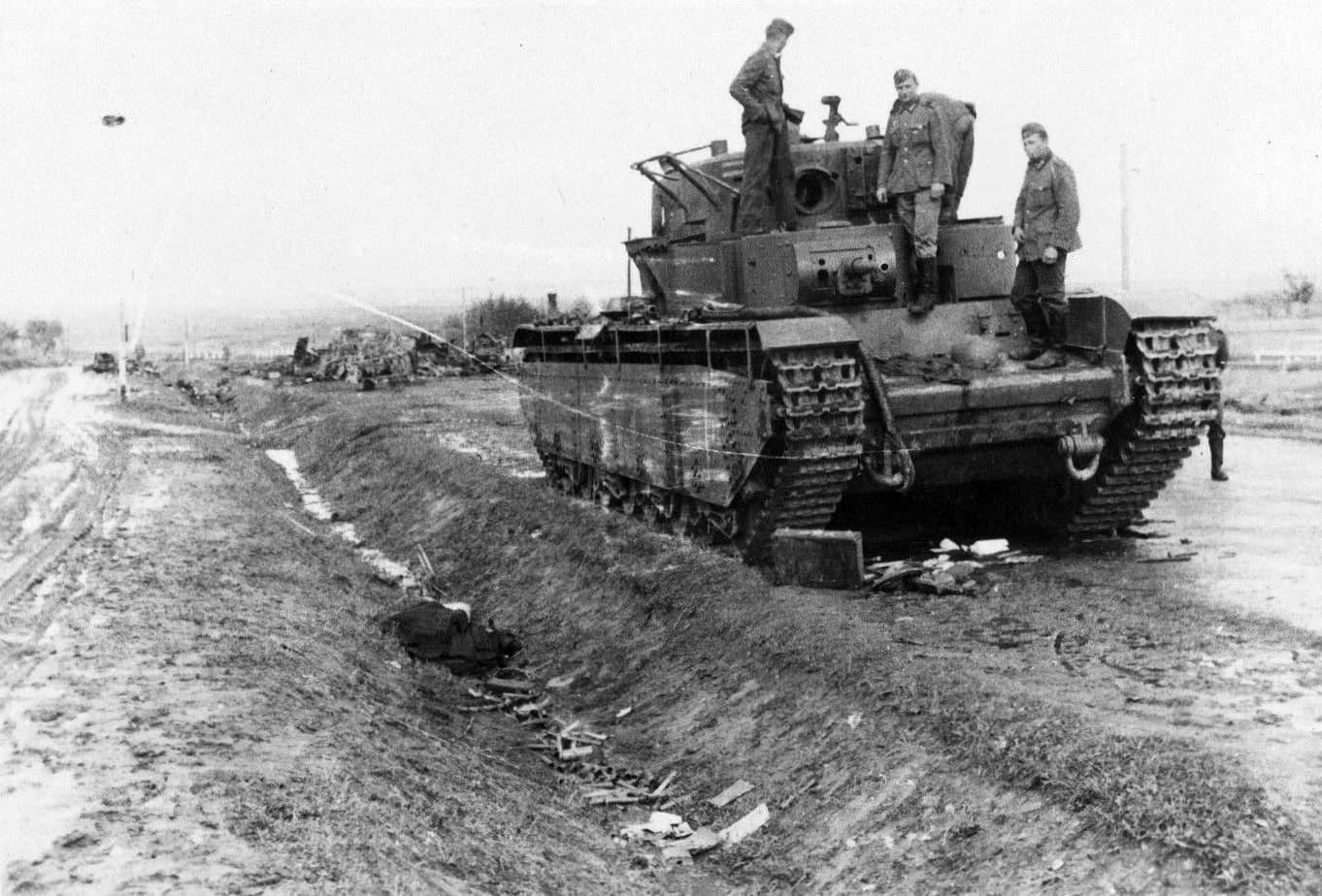 Многокуполен танк Т-35 - немски войници разглеждат танк ударен на пътя между селата Верба и Птичье (Украина).