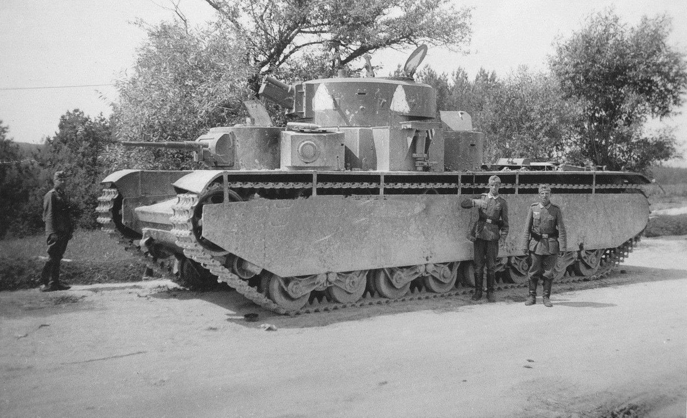 Многокуполен танк Т-35 - сравнение с ръста на хората около него