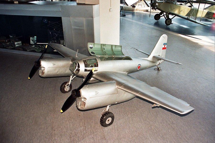 pikirashtijat-bombardirovach-ikarus-451