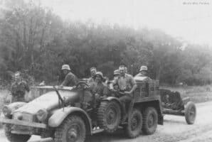 Камионът влекач Krupp-Protze теглещ оръдие